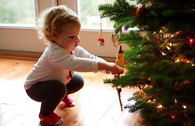 nino en arbol de navidad