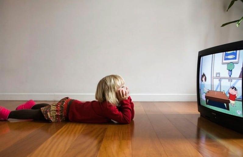 nina viendo television