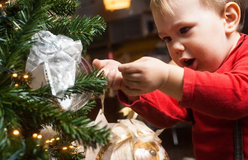 bebe en el arbolito de navidad