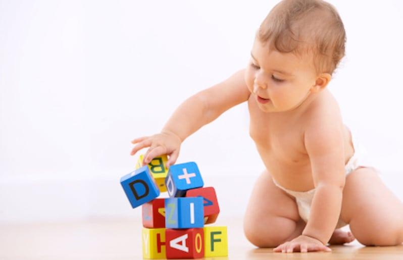 bebe jugando con bloques