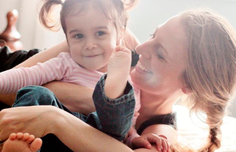 nina jugando con su mama