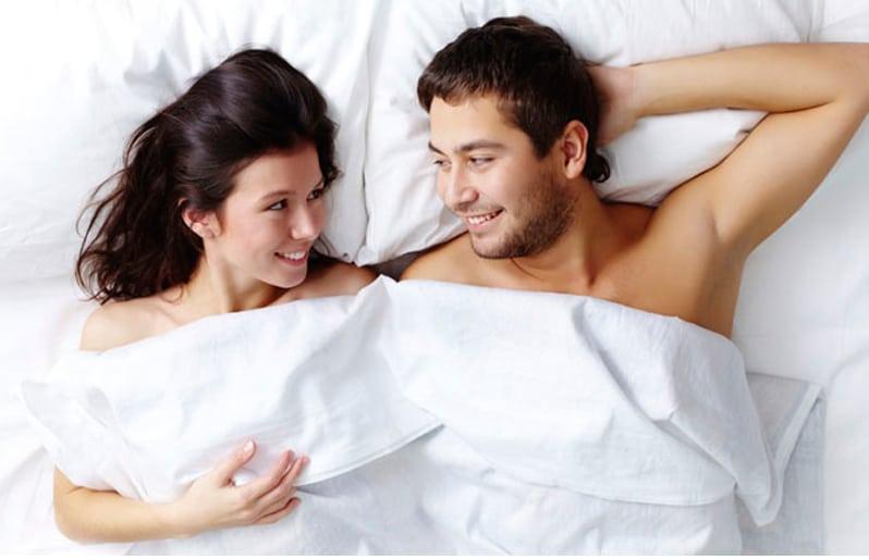 Resultado de imagen para pareja en la cama