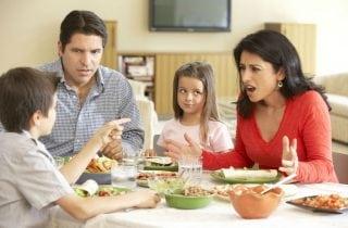 papas reganando a sus hijos