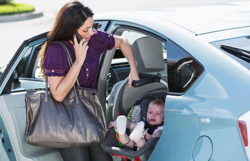 mama con su bebe en el coche