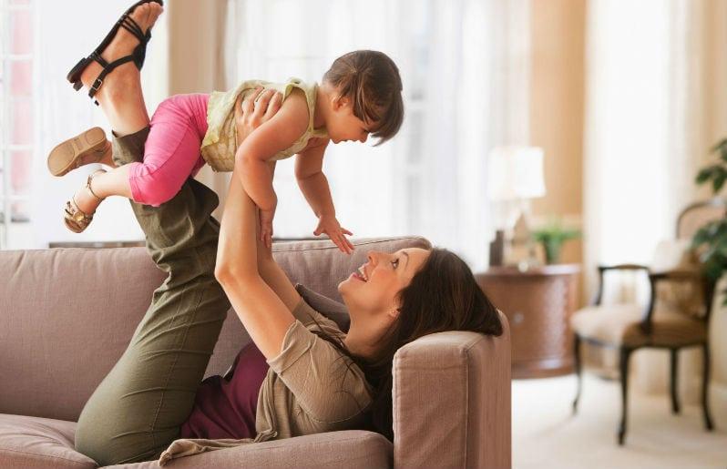 mama jugando con su hijo