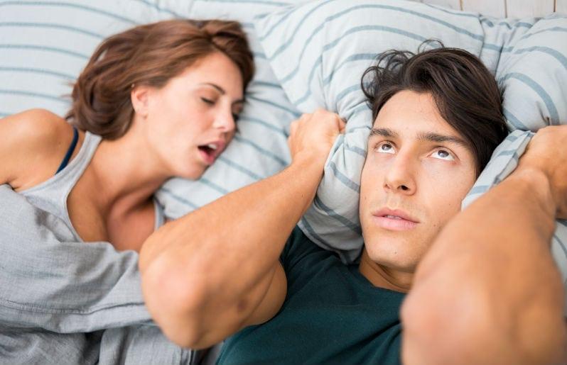 mujer durmiendo con su pareja