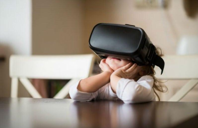 nina viendo realidad virtual