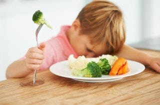 nino que no quiere comer verduras
