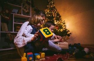 ninos con sus juguetes el dia de reyes