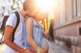 hombre con mujer embarazada