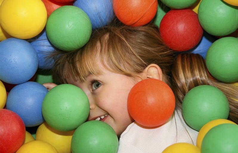 nina con pelota de colores