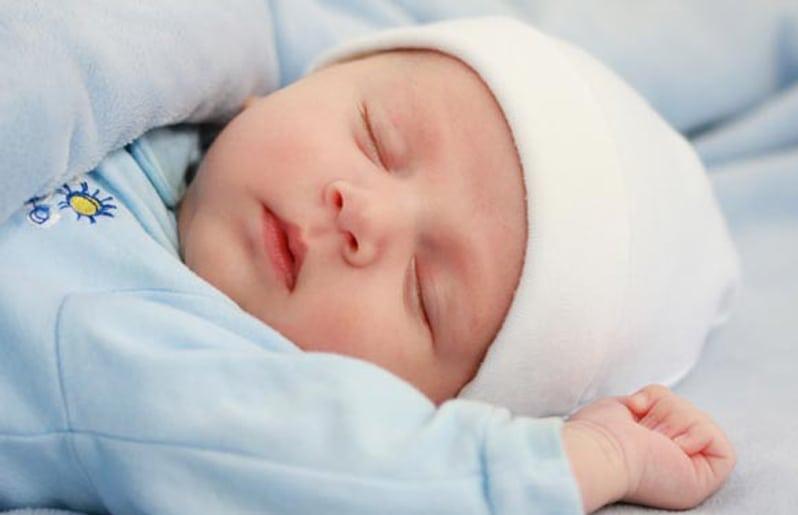 bebe durmiendo sin almohada