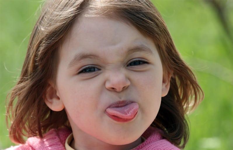 nino sacando la lengua