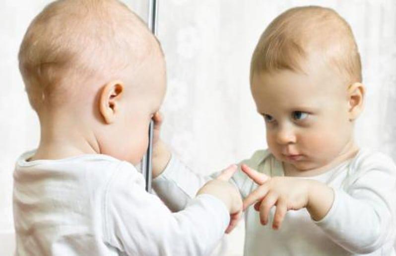 nino viendo al espejo