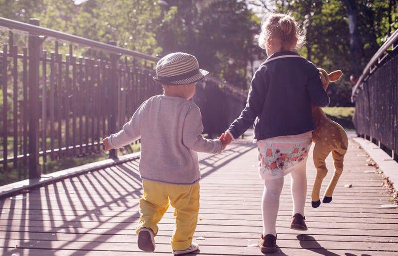 hermanos caminando juntos