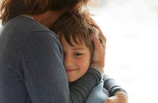 abrazar a un hijo