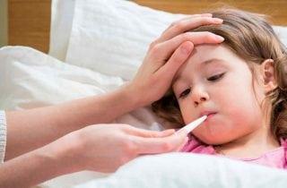 nina enferma con su mama