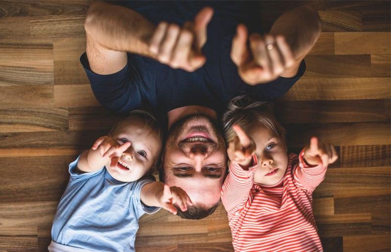 papa con sus hijos