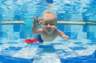 5-beneficios-de-que-los-ninos-jueguen-con-agua
