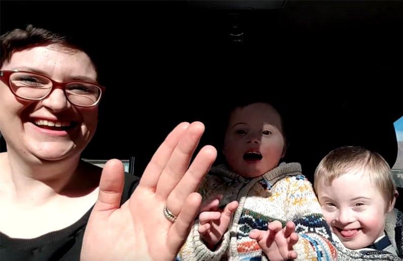 50-mamas-y-50-ninos-realizan-un-carpool-karaoke-por-el-dia-mundial-del-sindrome-de-down-02