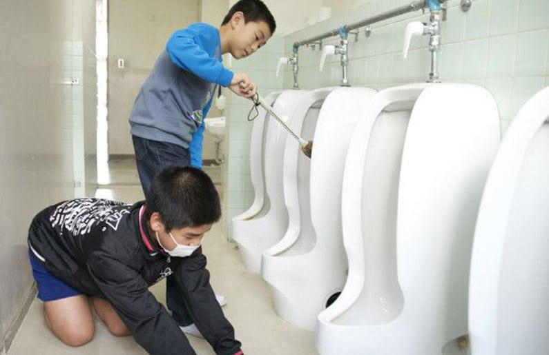 por-que-en-japon-los-ninos-limpian-los-banos-de-las-escuelas-01