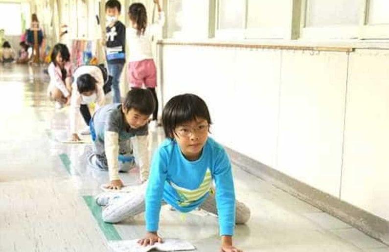 por-que-en-japon-los-ninos-limpian-los-banos-de-las-escuelas-03