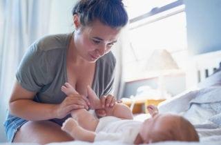 masajes-para-relajar-a-tu-bebe-de-piernas-y-pies-06