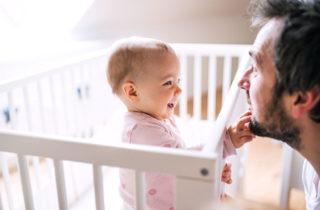 A esta edad los bebés distinguen la risa de sus papás
