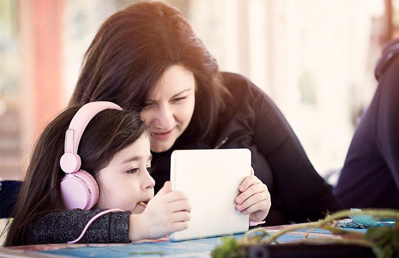 los peligros de que abuse de los audífonos