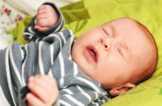 Recién nacido estornuda