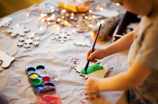 Manualidades navideñas para desarrollar la motricidad fina de tu hijo