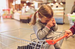 ¿Qué hacer si tu hijo te hace un berrinche en la juguetería?