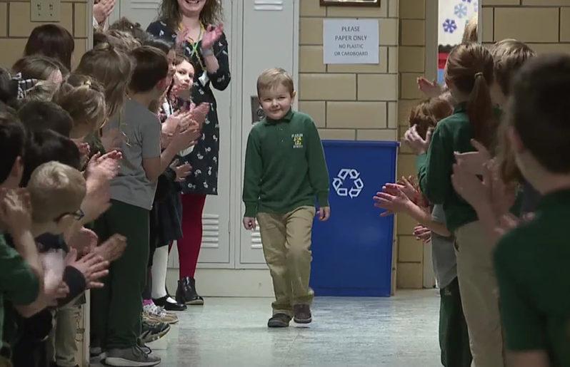 Niño es ovacionado en su escuela por sobrevivir al cáncer