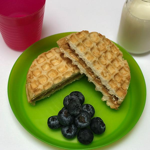2. Sandwich de waffles con crema de cacahuate, blueberries y leche