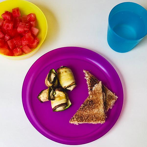 4. Rollitos de calabacitas asadas rellenos de hummus, pan tostado, sandía