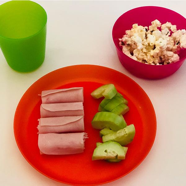 5. Rollitos de jamón rellenos de jocoque, pepino con limón y sal, palomitas